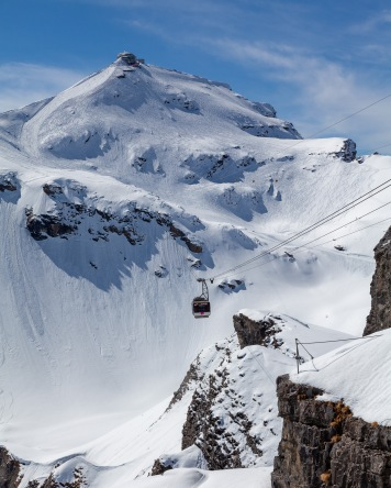 The cable car coming down from the Schilthorn (building at the very top of the peak) to Birg.